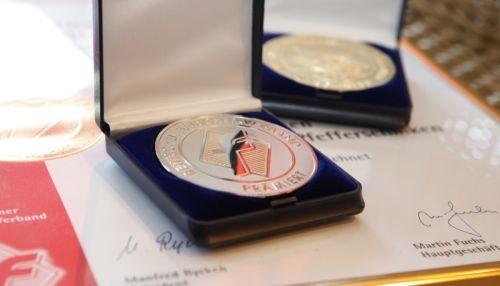 Urkunde und Medallien